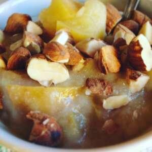 Crema di riso con mele e granella di mandorle