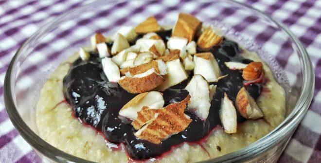 Colazione con miglio, marmellata e mandorle