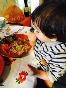 bimbo mangia cibo sano