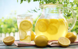Alcalinizzare il corpo: siamo sicuri che serva acqua e limone?